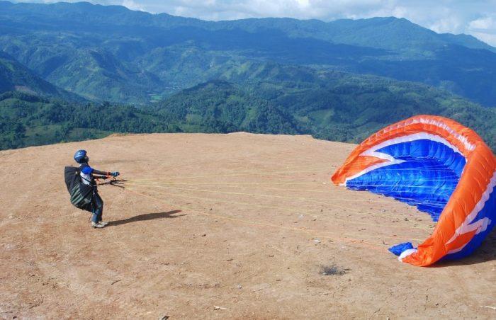 di-atas-ketinggian-gunung-bungsu-bermain-paralayang-960x620